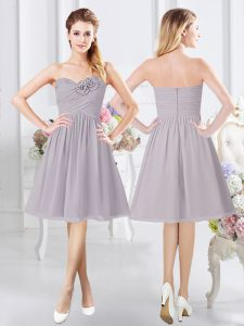 Sleeveless Chiffon Knee Length Zipper Vestidos de Damas in Grey with Ruching and Hand Made Flower