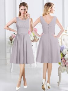 Trendy Scoop Sleeveless Dama Dress for Quinceanera Knee Length Ruching Grey Chiffon