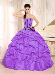 Fashionable Purple Taffeta Beaded Long Quinceanera Gowns with Flowers