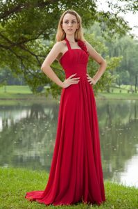 Hot Red Empire Halter Top Chiffon Ruched Dama Dress for Quince with Brush Train