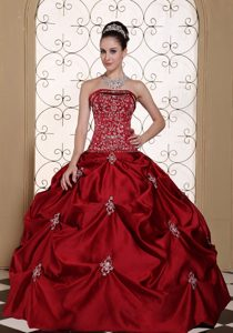 Embroidery Taffeta Strapless Sweet Sixteen Dresses with Pick-ups in Wine Red