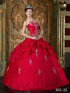 Sweetheart Taffeta Quinceanera Dress with Appliques and Beading in Red