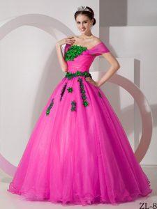 Popular Princess Off-the-shoulder Fuchsia Quinces Dresses with Appliques